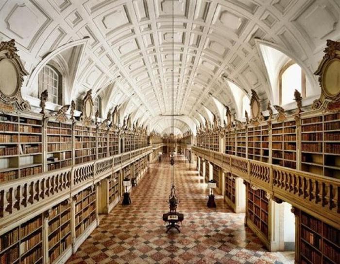 Biblioteca do Palácio Nacional de Mafra, considerada a mais bela do mundo pelo portal Book Riot